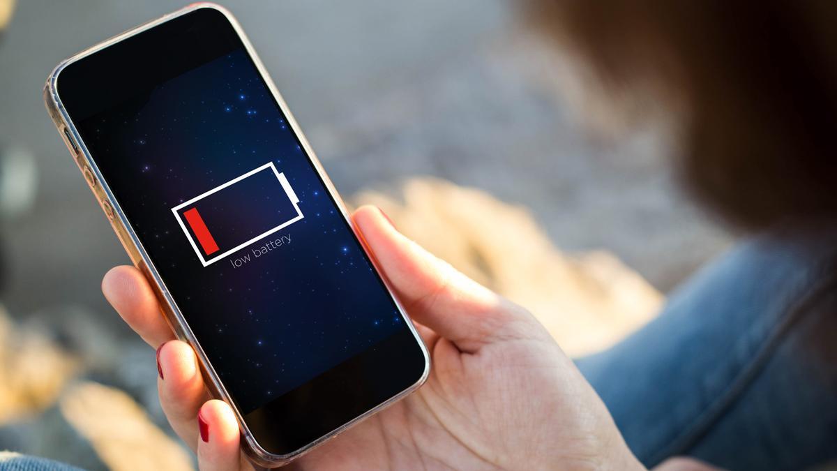 cargar el móvil en lugares públicos? 5 razones para no hacerlo